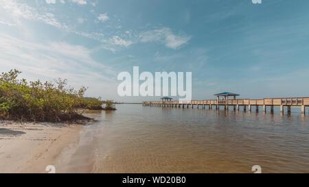 New Smyrna Dunes Park. Ein Park, bestehend aus einem Fishing Pier und Strände. - Stockfoto