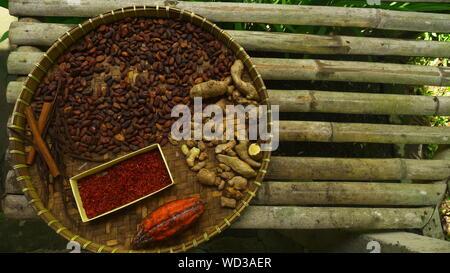 Direkt über dem Schoß der sortierten Herbal Root Gewürze in Wicker Fach - Stockfoto