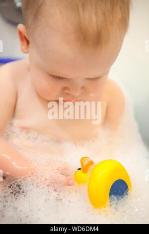 Close-up Shirtless Baby in der Badewanne im Badezimmer - Stockfoto