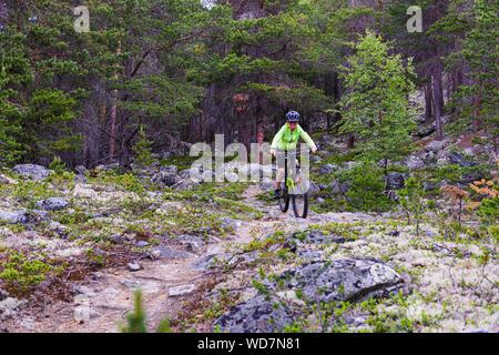 Junge reiten Mountainbike in Norwegen - Stockfoto