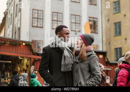 Paar umarmt am Markt - Stockfoto