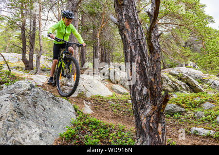 Junge reiten Mountainbike in Norwegen - Stockfoto