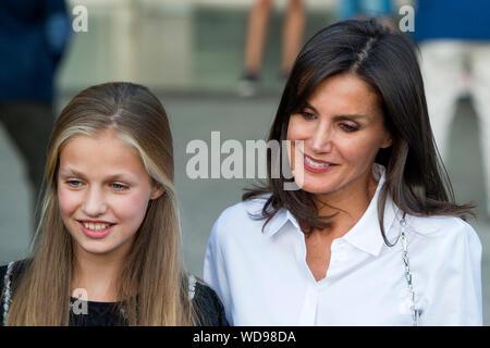 Prinzessin Leonor von Spanien und Königin Letizia von Spanien besuchen sie Juan Carlos nach seinem Herzen Chirurgie am Hospital Universitario Quirónsalud Madrid. Pozuelo de Alarcón, 26.08.2019 | Verwendung weltweit - Stockfoto
