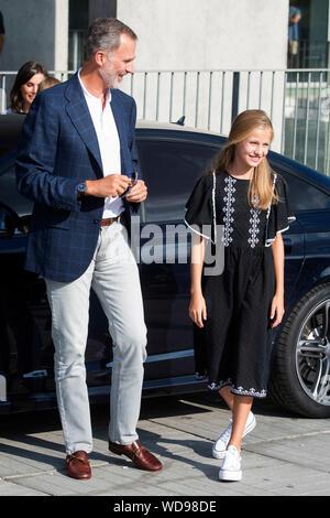 König Felipe VI. von Spanien und Prinzessin Leonor von Spanien besuchen sie Juan Carlos nach seinem Herzen Chirurgie am Hospital Universitario Quirónsalud Madrid. Pozuelo de Alarcón, 26.08.2019 | Verwendung weltweit - Stockfoto