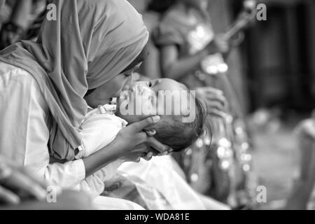 Mutter küssen Baby Girl