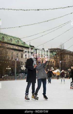 Paar unter selfie beim Eislaufen - Stockfoto
