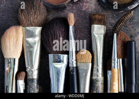 Hohe Betrachtungswinkel der Make-up-Pinsel auf Tisch Stockfoto