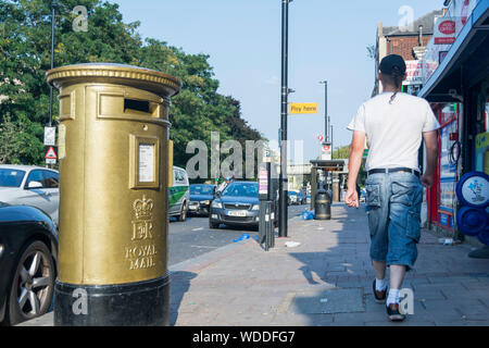 Ein gold Post Box in Isleworth Mo Farah Goldmedaillen bei den Olympischen Spiele 2012 in London zu gedenken. - Stockfoto