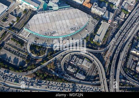 Los Angeles, Kalifornien, USA - 7. August 2017: Luftaufnahme von LA Convention Center Laderampen und Besetzt auf Autobahnen in der Innenstadt von Los Angeles. - Stockfoto
