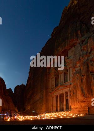Ein Bild des Treasury bei der Petra bei Nacht zeigen. - Stockfoto