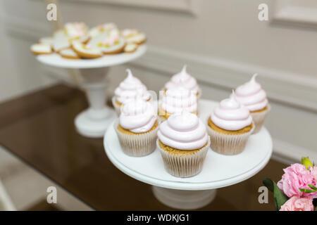 Weiße Platte mit süße Muffins. Hochzeit Cupcakes. - Stockfoto