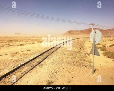 Eisenbahn gegen den klaren Himmel im Wadi Rum - Stockfoto