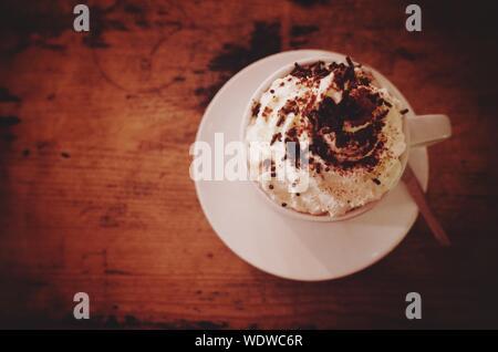 Hohe Betrachtungswinkel von heißer Schokolade serviert am Tisch - Stockfoto