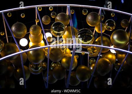 In der Nähe von Golden Baubles hängen in Dunkelkammer - Stockfoto