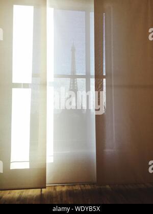 Eiffelturm gesehen durch Fenster - Stockfoto