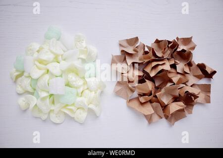 Büroklammern und Styropor Chips auf weißen Tisch - Stockfoto