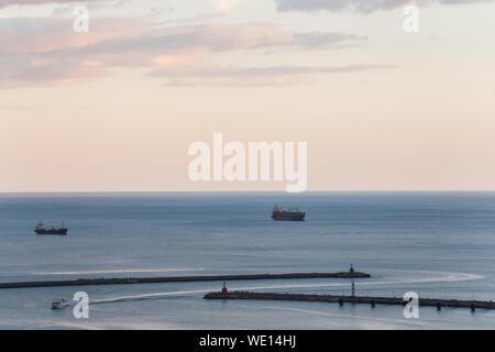 Boot in den Hafen gegen Himmel bei Sonnenuntergang - Stockfoto