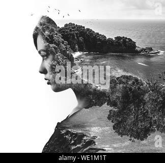 Digital Composite Image der jungen Frau und Meer gegen den klaren Himmel - Stockfoto