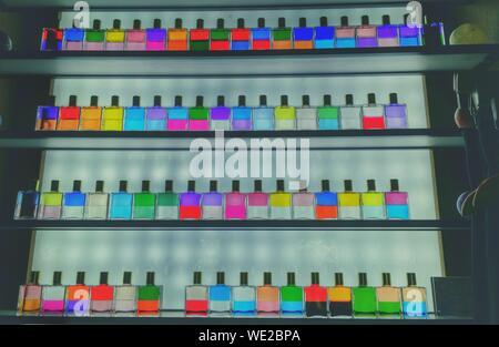 Low Angle View von Bunten Flaschen im Regal - Stockfoto