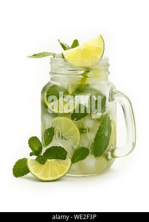 Nahaufnahme der Mojito im Marmeladenglas vor weißem Hintergrund Stockfoto