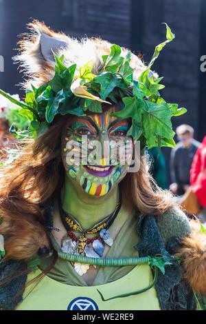 England, East Sussex, Hastings, die jährliche traditionelle Jack im Grünen Festival aka Der Grüne Mann Mai Tag Festival Parade, weibliche Teilnehmer in Cos - Stockfoto
