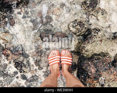 Untere Partie der modische Mann und Frau beim Stehen auf Holzboden - Stockfoto