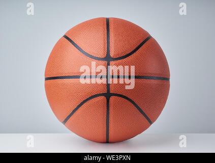 Nahaufnahme der Basketball auf Tisch gegen grauer Hintergrund - Stockfoto