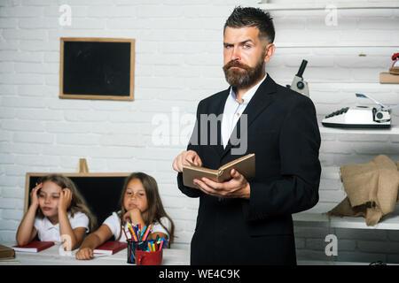 Lesen Familie Vater für Töchter in der Schule - Stockfoto