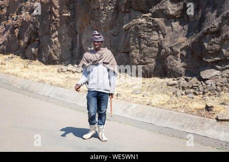 Maseru, Lesotho - September 20, 2017: Erwachsene afrikanische Hirte Mann in nationalen Wolldecke Kleidung und balaclava Hut auf ländlichen hohe Berge Straße - Stockfoto