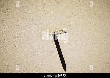 In der Nähe von lackiertem Metall mit Schatten an der Wand - Stockfoto