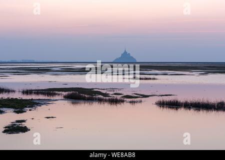 Frankreich, Manche, der Mont Saint Michel Bucht, als Weltkulturerbe von der UNESCO, der Bucht und dem Mont Saint Michel im Herbst hohe Gezeiten aus dem Roche Torin - Stockfoto