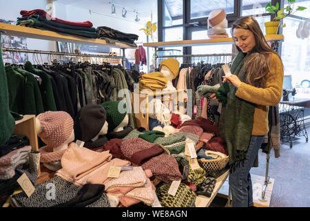 Kanada, in der Provinz Quebec, Montreal, Villeray Bezirk, Maillagogo Boutique, Quebec designer Artikel, wollene Hüte - Stockfoto