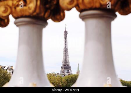Eiffelturm gesehen, durch Geländer - Stockfoto