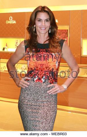 Miami, FL - Cindy Crawford posiert an der Eröffnung von OMEGA Boutique an der Aventura Mall in Miami, Florida. Die OMEGA Modell zog eine kleine Masse, wie sie für Bilder vor der neuen Store in der Nacht vor der Eröffnung. AKM-GSI 4. Dezember 2013 - Stockfoto