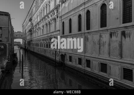 Blick auf die Seufzerbrücke in Venedig, Italien, bei Sonnenaufgang - Stockfoto