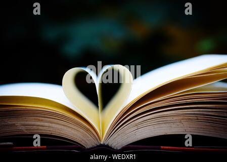 Nahaufnahme der Herzförmigen Seiten eines Buches - Stockfoto