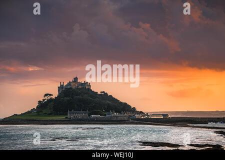 St Michael's Mount ist ein kleines tidal Island in Mount's Bay, Cornwall, England, Vereinigtes Königreich. - Stockfoto