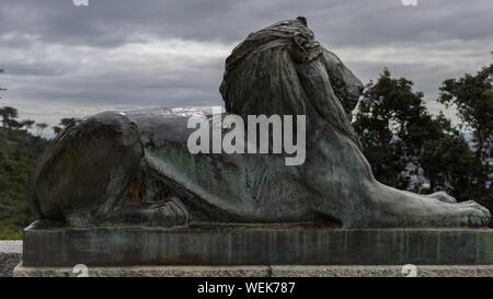 Einer der acht Bronzenen Löwen Skulpturen von JM Swan, die Flanken die 49 Schritte des Cecil Rhodes Memorial in Kapstadt, Südafrika - Stockfoto