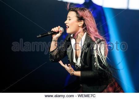 San Jose, CA - Demi Lovato Wimmern die Masse auf die 'Neon Lights' Konzert Tour findet auf der SAP-Centerin in San Jose, CA. Demi sucht nette in der Schule Mädchen Aussehen mit einer schwarzen Jacke mit einem roten karierten rock. AKM-GSI am 11. Februar 2014 - Stockfoto