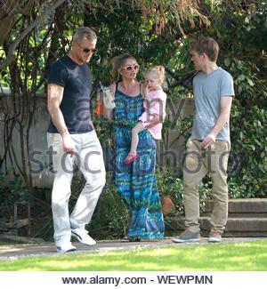 Beverly Hills, CA - Rebecca Gayheart in sonniger Samstag Nachmittag mit ihrem Ehemann Eric Dane und ihre kleine Tochter Georgia. Die Hollywood Familie machten sich auf den Weg rüber zu Coldwater Park am Nachmittag mit Freunden zu verbringen und ein Picknick. AKM-GSI am 15. März 2014 - Stockfoto