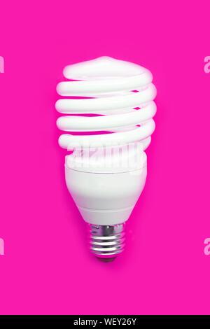Energieeinsparung Glühbirne auf rosa Hintergrund. Platz kopieren - Stockfoto