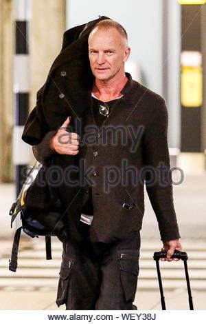 London, UK - Die Polizei Frontmann Sting und seine Ehefrau Trudie Styler Ankunft am Internationalen Flughafen Heathrow in London, UK. AKM-GSI März 21, 2014 - Stockfoto