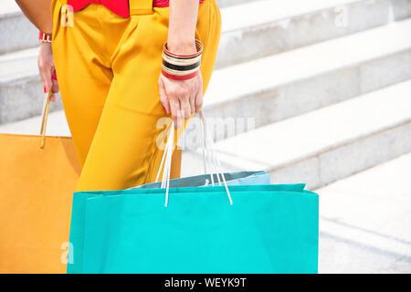 Close-up Mittelteil von Frau, die Einkaufstaschen - Stockfoto