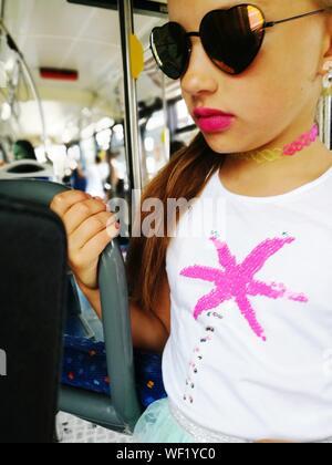Mädchen Sonnenbrille Tragen auf Reisen im Bus - Stockfoto