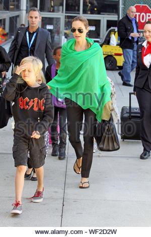 Los Angeles, CA - die amerikanische Schauspielerin Angelina Jolie mit ihrem amerikanischen Schauspieler Partner Brad Pitt und ihren Kindern ankommen am Flughafen LAX. AKM-GSI Februar 5, 2014 - Stockfoto