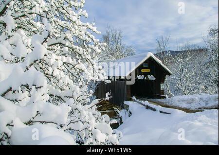 Ein Schnee bedeckten Emily's Covered Bridge in Stowe Vermont, USA - Stockfoto