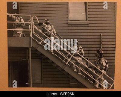 Feuerwehrmänner Gehen bis Treppe außerhalb der industriellen Gebäude - Stockfoto