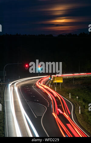 Leichte Wanderwege auf der Autobahn bei Nacht - Stockfoto