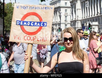 """UK. 31 Aug, 2019. Demonstranten in Whitehall protestieren gegen die Entscheidung der Regierung, das Parlament zu vertagen, die nur sehr wenig Zeit für die Diskussion vor dem 31. Oktober Abgabetermine der Europäischen Union zu verlassen. Die Oberseite der Putsch"""" Bewegung vor den Toren von Downing Street 10 protestiert. Credit: Tommy London/Alamy leben Nachrichten - Stockfoto"""