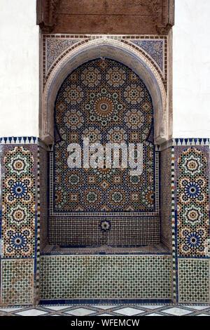 Marrakesch Marokko, zellige Fliesen- Brunnen mit abstraktem Blumenmuster - Stockfoto